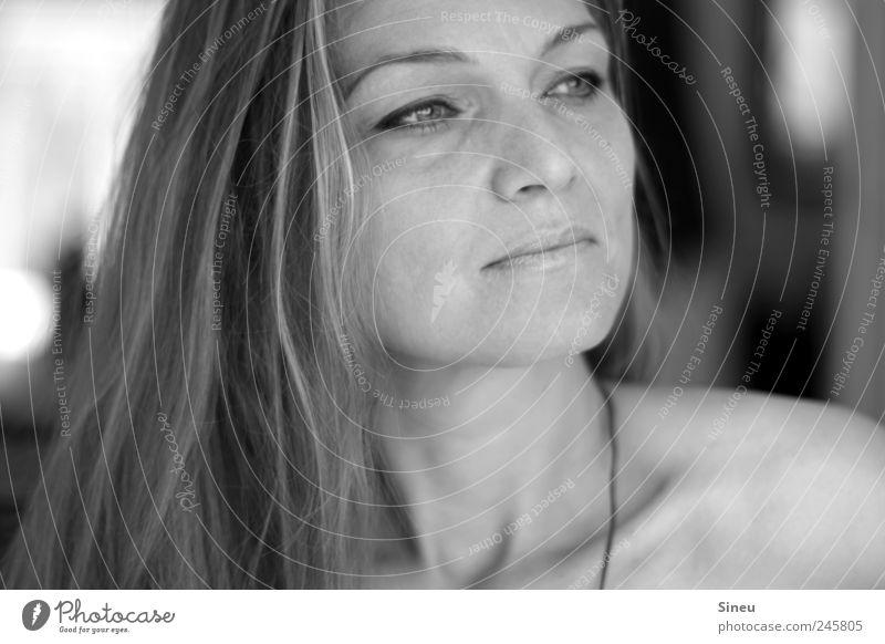 Fernweh feminin Frau Erwachsene Kopf Gesicht 1 Mensch langhaarig beobachten Lächeln Freundlichkeit positiv Stimmung Gelassenheit ruhig Konzentration stagnierend