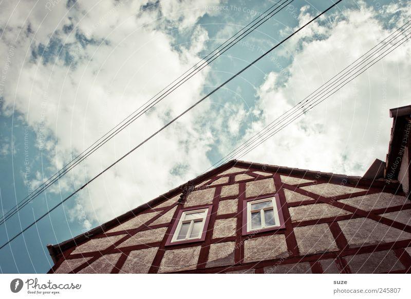 Fachwerk Himmel blau Wolken Haus Umwelt Fenster Wand Architektur Gebäude Fassade Häusliches Leben Dach historisch ländlich Hochspannungsleitung Landleben