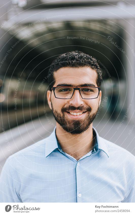 Lächelnder syrischer Mann mit Brille Stil Glück Student Business Junger Mann Jugendliche Erwachsene Leben 1 Mensch 18-30 Jahre Mode Hemd kurzhaarig Locken Bart