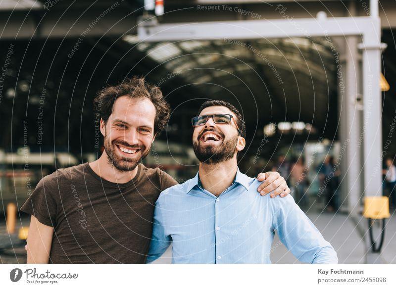 Freundschaft zwischen Syrer und Deutschem Mensch Freude Gefühle Stil Business Mode Geschäftsmann Station