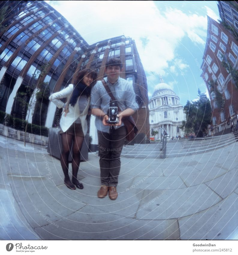 London. Endlich. Mensch Jugendliche Freude Haus Leben Glück Stimmung lustig natürlich maskulin frei Fröhlichkeit Bauwerk Junge Frau historisch Lebensfreude