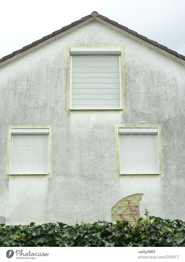 ausgewandert? Haus Einfamilienhaus Mauer Wand Fassade Fenster Jalousie Rollladen alt dreckig dunkel trashig trist grau ästhetisch Einsamkeit Endzeitstimmung