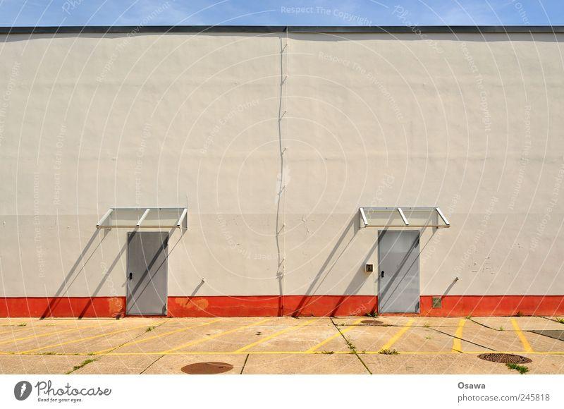 Tag der offenen Tür Wand Gebäude Fassade Haus Architektur Stahltür Vordach Glasdach Himmel weiß orange blau grau Sonnenlicht Schatten Schlagschatten Asphalt