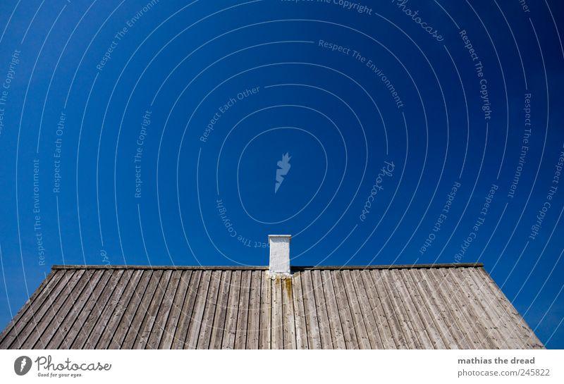 DÄNEMARK - IX Sommer ruhig Haus Holz grau Linie Dach Schornstein Schönes Wetter parallel eckig minimalistisch reduziert Wolkenloser Himmel