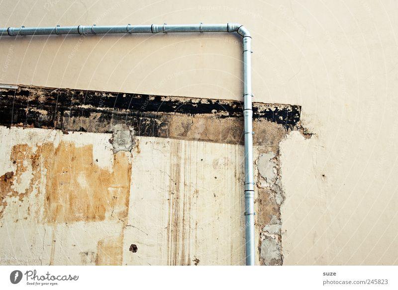 Rechter Winkel Bauwerk Gebäude Mauer Wand alt authentisch dreckig kaputt Verfall Vergangenheit Vergänglichkeit Ecke Regenrinne Eisenrohr Demontage beige Putz