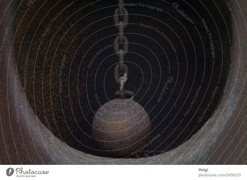 Kurioses   die Kugel an der Kette dunkel außergewöhnlich grau braun Metall einzigartig rund festhalten hängen skurril