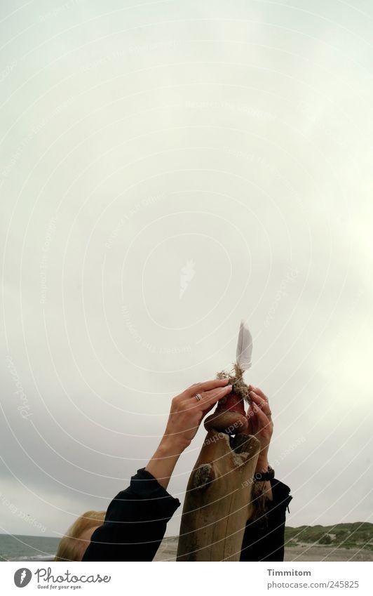 Beschwörung Frau Mensch Natur Hand schön Strand Ferien & Urlaub & Reisen Meer Wolken ruhig Erholung Gefühle Holz grau Sand Erwachsene