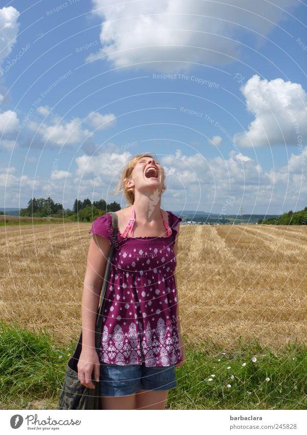 Frische Luft schnappen! Frau Mensch Himmel Natur Jugendliche Freude Sommer Leben feminin Landschaft lachen Erwachsene Gesundheit Feld blond