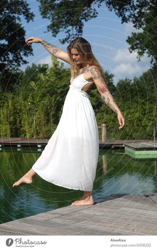Frau balanciert am Schwimmbeckenrand Ferien & Urlaub & Reisen Jugendliche Junge Frau schön Landschaft Baum Freude 18-30 Jahre Erwachsene Lifestyle natürlich
