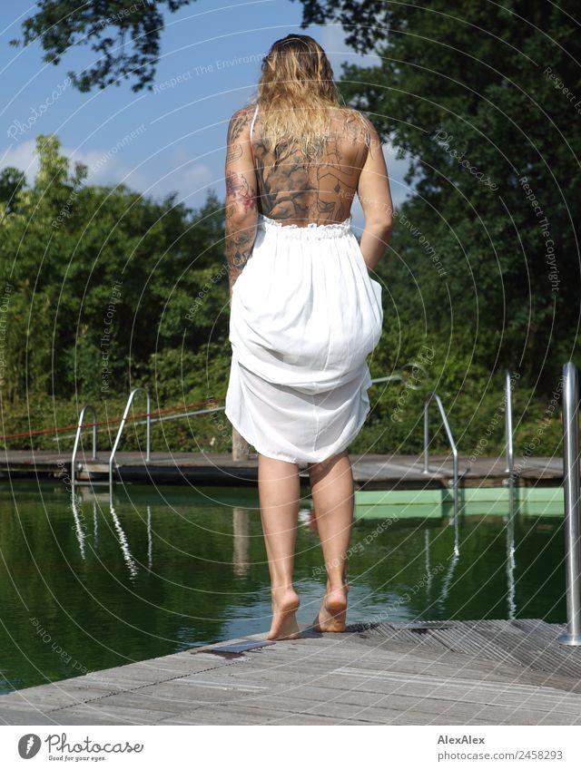 tättowierte frau am schwimmbecken Ferien & Urlaub & Reisen Jugendliche Junge Frau schön Landschaft Baum Freude 18-30 Jahre Erwachsene Lifestyle Leben Tourismus