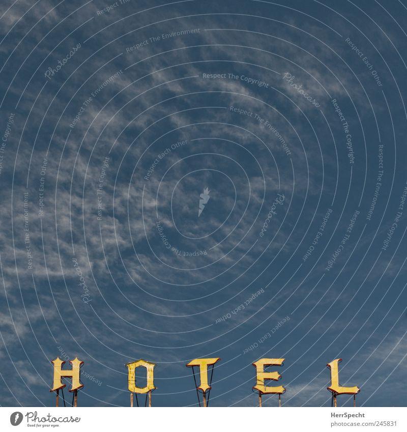 H O T E L Himmel Schönes Wetter Gebäude Dach Schriftzeichen Schilder & Markierungen alt Hotel Werbung Leuchtreklame Cirrus Farbfoto Außenaufnahme