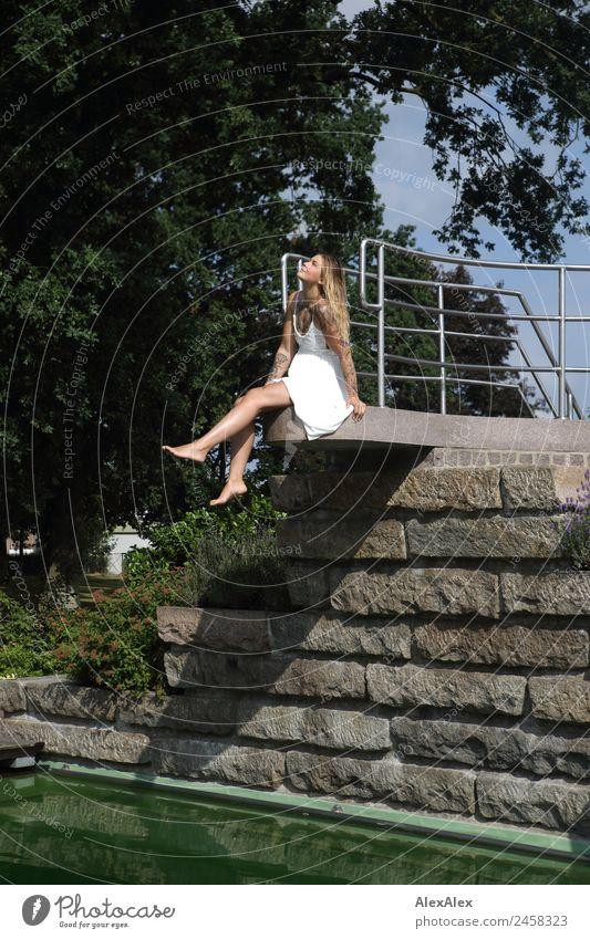 Frau auf dem Dreimeterbrett Jugendliche Junge Frau Sommer schön Wasser Landschaft Baum 18-30 Jahre Erwachsene Lifestyle Stein Ausflug blond ästhetisch sitzen