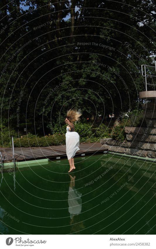 Frau springt ins Schwimmbecken 2 Ferien & Urlaub & Reisen Jugendliche Junge Frau Sommer schön Wasser Landschaft Baum Freude 18-30 Jahre Erwachsene Lifestyle