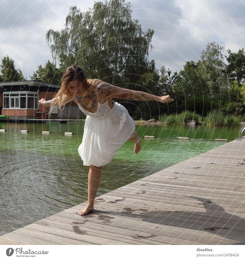 Frau balanciert am Schwimmbecken Ferien & Urlaub & Reisen Jugendliche Junge Frau Sommer schön Wasser Landschaft Baum Freude 18-30 Jahre Erwachsene Lifestyle