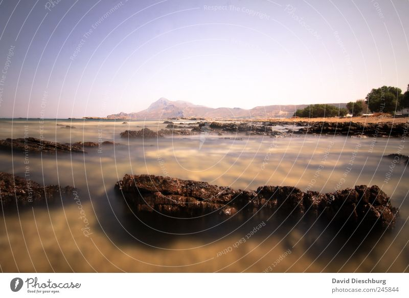 Felsen Ferne Meer Insel Natur Landschaft Wasser Wolkenloser Himmel Schönes Wetter Küste Bucht Riff blau braun Kreta fließen Meerwasser Farbfoto Außenaufnahme