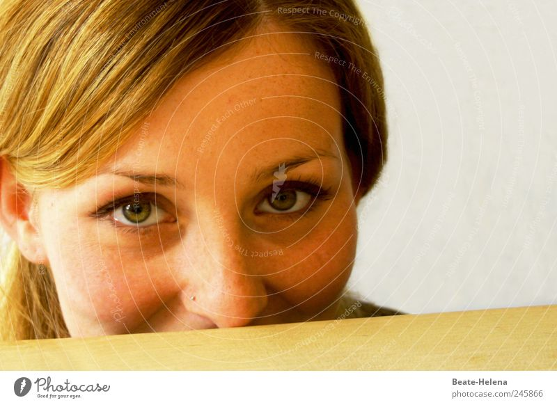 Offen für Neues Gesicht Junge Frau Jugendliche Kopf Auge Nase 18-30 Jahre Erwachsene Piercing blond langhaarig beobachten Denken Lächeln frech Fröhlichkeit