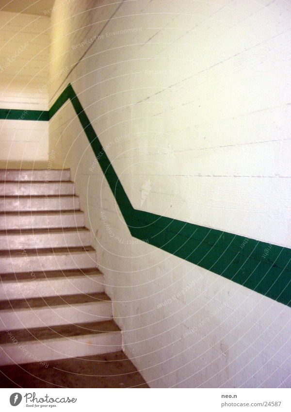 Mauerstreifen Architektur Wand Treppe Wege & Pfade Tunnel PKW Stein Streifen dreckig dunkel grün weiß Tiefgarage Treppenhaus Linie Farbfoto Innenaufnahme Tag