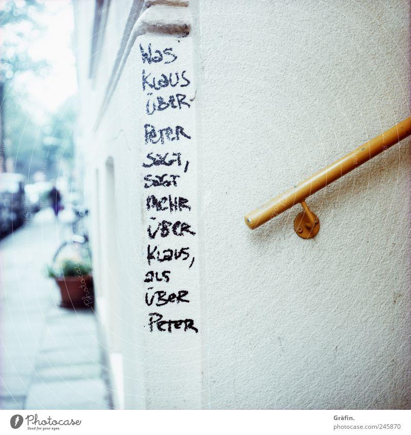Was Klaus über Peter sagt Haus Mauer Wand Treppe Fassade Straße Schriftzeichen Graffiti lustig schwarz weiß Wahrheit Ehrlichkeit Treppengeländer Schmiererei