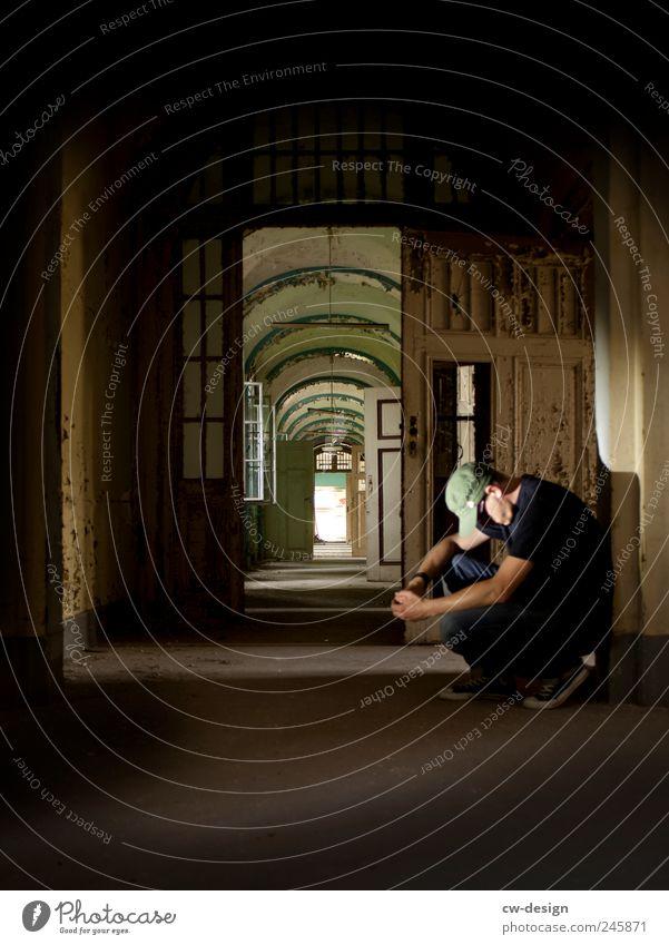 Ich bin kein Heimwerker Mensch Mann Jugendliche alt ruhig Einsamkeit Haus Erholung Gefühle Erwachsene Traurigkeit Gebäude braun Zufriedenheit Zeit