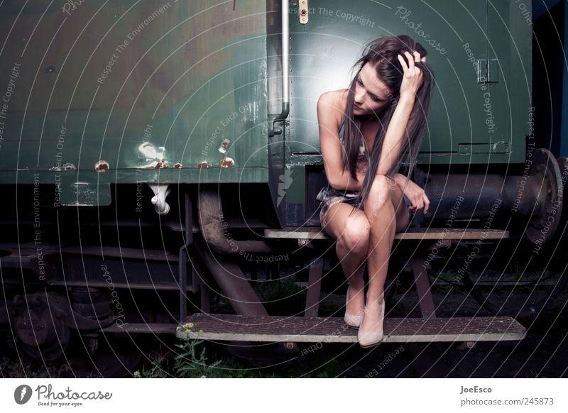 #245873 Lifestyle Stil schön Frau Erwachsene Leben Verkehrswege Öffentlicher Personennahverkehr Bahnfahren Kleid Haare & Frisuren langhaarig Erholung festhalten