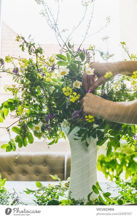 Hände machen Blumenstrauß in Vase Stil Design Sommer Häusliches Leben Innenarchitektur Dekoration & Verzierung feminin Frau Erwachsene Hand Frühling Wildpflanze