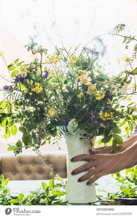 Weibliche Hände halten Blümenvase mit wilde Blumen Lifestyle Stil Design Sommer Häusliches Leben Wohnung Haus Traumhaus Garten feminin Hand Natur Pflanze