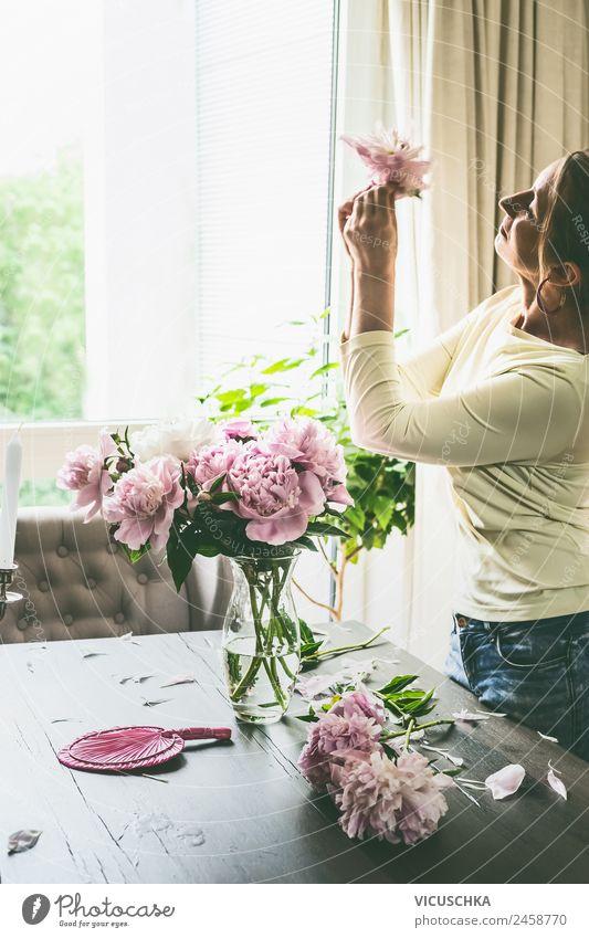 Frau mit Pfingstrosen auf Tisch im Wohnzimmer Lifestyle Design Sommer Häusliches Leben Wohnung Traumhaus Garten Innenarchitektur Mensch Erwachsene Blume