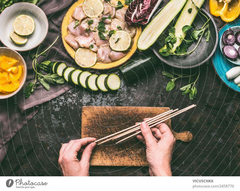 Hände halten Holzspieße für Hähnchen Grillen Sommer Gesunde Ernährung Hand Foodfotografie Essen feminin Stil Lebensmittel Häusliches Leben Design Tisch
