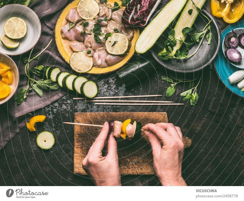 Weibliche Hände machen Hähnchenspieße mit Gemüse zum Grillen Lebensmittel Fleisch Kräuter & Gewürze Öl Ernährung Picknick Bioprodukte Geschirr Stil Design
