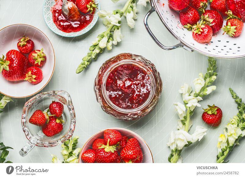 Erdbeeren Marmelade im Glas mit Beeren und BLumen Lebensmittel Frucht Ernährung Frühstück Bioprodukte Vegetarische Ernährung Diät Geschirr Stil Design