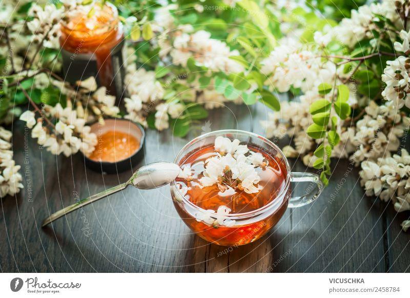 Tasse mit Akazienblüten Tee mit Löffel und Honig Lebensmittel Ernährung Getränk Heißgetränk Design Gesundheit Alternativmedizin Gesunde Ernährung Tisch Natur