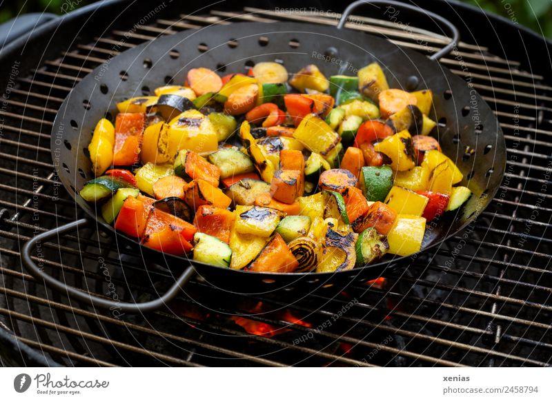 Pfanne mit Gemüse steht auf Grillrost mit glühenden Kohlen Grillen Paprika Glut Möhre Zucchini Grillpfanne Zwiebel Ernährung Mittagessen Abendessen Bioprodukte
