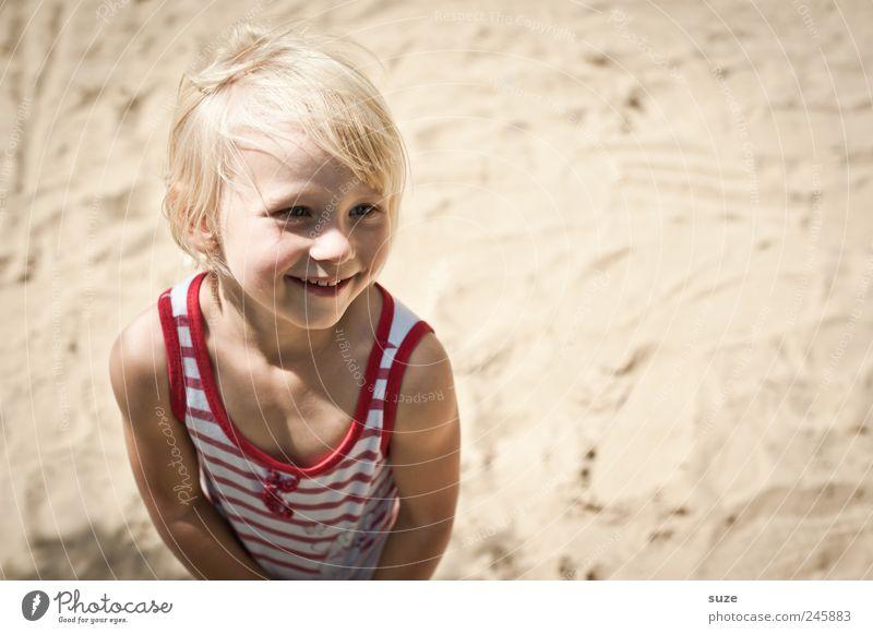 Hello sunshine! Gesicht Sommer Mensch Kind Kleinkind Mädchen Kindheit Kopf Haare & Frisuren 1 3-8 Jahre Sand Ostsee Hemd blond stehen Freundlichkeit