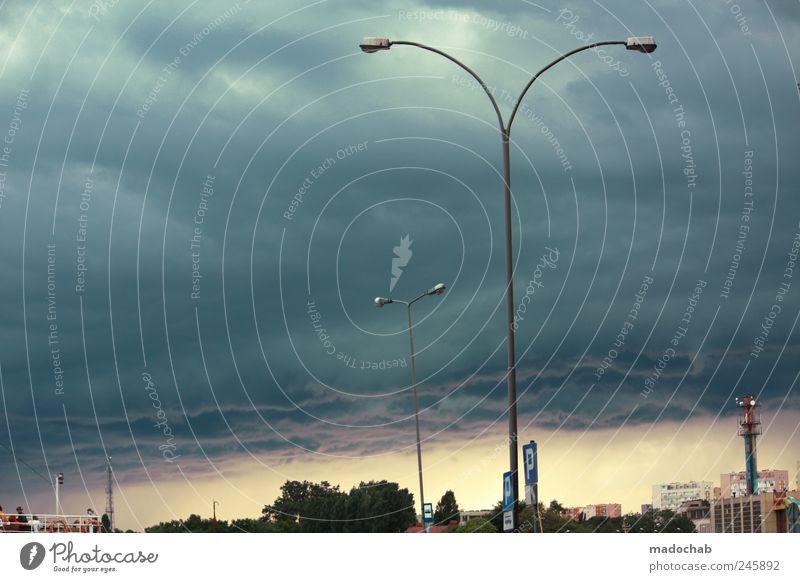 Wo nichts ist, freut sich der Dritte. Klima Klimawandel schlechtes Wetter Unwetter Sturm Gewitter Stadt Stimmung Laterne Endzeitstimmung Apokalypse bedrohlich
