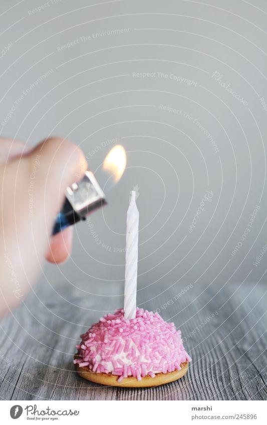 Vorbereitung Lebensmittel Dessert Süßwaren Ernährung rosa Geburtstag Geburtstagstorte Geburtstagsgeschenk Geburtstagswunsch Kerze anzünden süß schön
