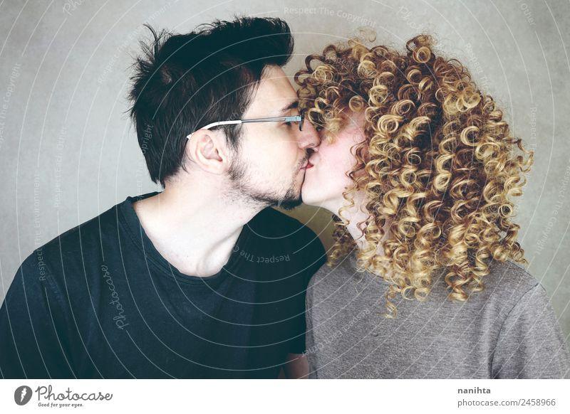 Junges Paar küssend in einem Studio-Porträt Lifestyle Freude Haare & Frisuren Wellness Wohlgefühl Sinnesorgane Mensch maskulin feminin Frau Erwachsene Mann