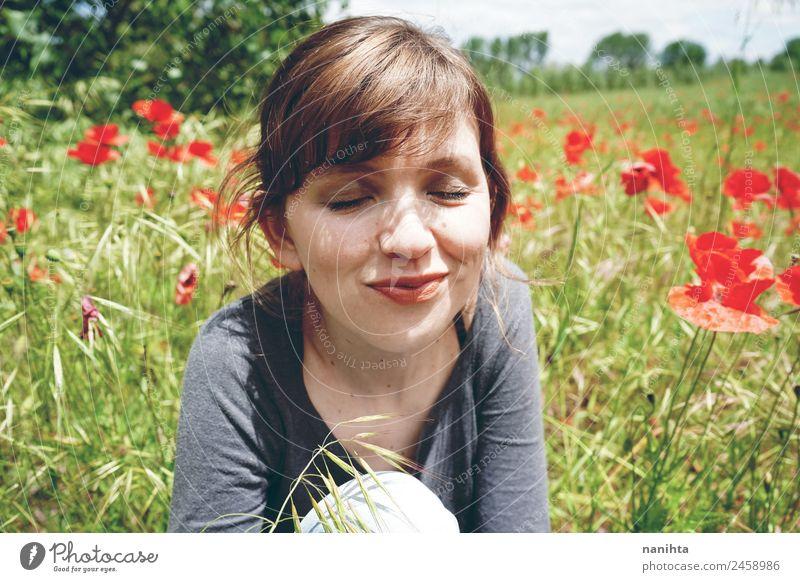 Junge glückliche Frau, die einen sonnigen Tag in der Natur genießt. Lifestyle Stil Freude Gesundheit Wellness Wohlgefühl Erholung Mensch feminin Junge Frau