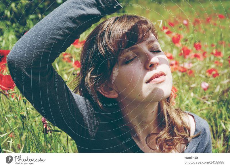 Frau in einem Blumenfeld bedeckt sich vor Sonnenlicht. Lifestyle Stil Freude schön Gesicht Gesundheit Wellness Wohlgefühl Sinnesorgane Erholung ruhig Sommer