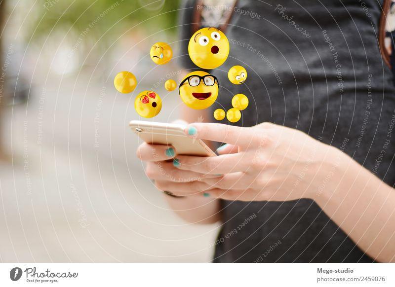 junge Frau, die Smartphones benutzt und Emojis sendet. Lifestyle Glück Gesicht Telefon PDA Bildschirm Technik & Technologie Internet Mensch Erwachsene Mann Hand