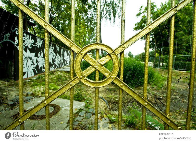 Gold Stadtleben Gitter Tor Tür Eingang Zugang Edelmetall edel glänzend Kreis Strebe Verflechtung Verschraubung geflochten Brachland Hinterhof