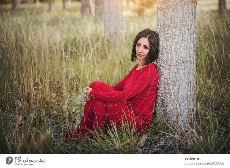 nachdenkliche Frau im Wald sitzend Lifestyle elegant Stil schön Wellness Erholung Ferien & Urlaub & Reisen Freiheit Mensch Junge Frau Jugendliche Erwachsene 1