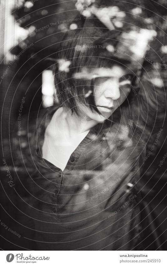 little earthquakes Frau Mensch Jugendliche dunkel feminin Gefühle Erwachsene Traurigkeit Denken träumen Stimmung Glas warten Bekleidung festhalten Sehnsucht