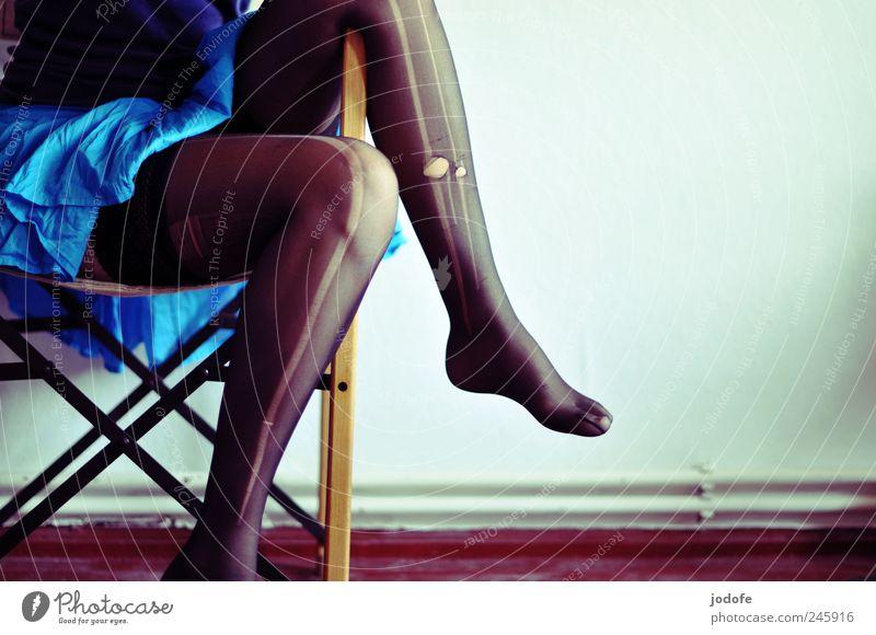 Rock' n' Roll Mensch Jugendliche feminin Erwachsene Beine Zufriedenheit sitzen Tierfuß Lifestyle Loch trashig türkis 18-30 Jahre Strumpfhose Junge Frau
