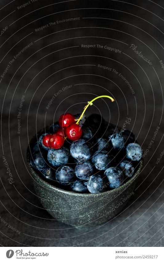 Blaubeeren und Johannisbeeren in dunkler Schale grün rot dunkel schwarz Lebensmittel Frucht Ernährung süß lecker Bioprodukte Schalen & Schüsseln