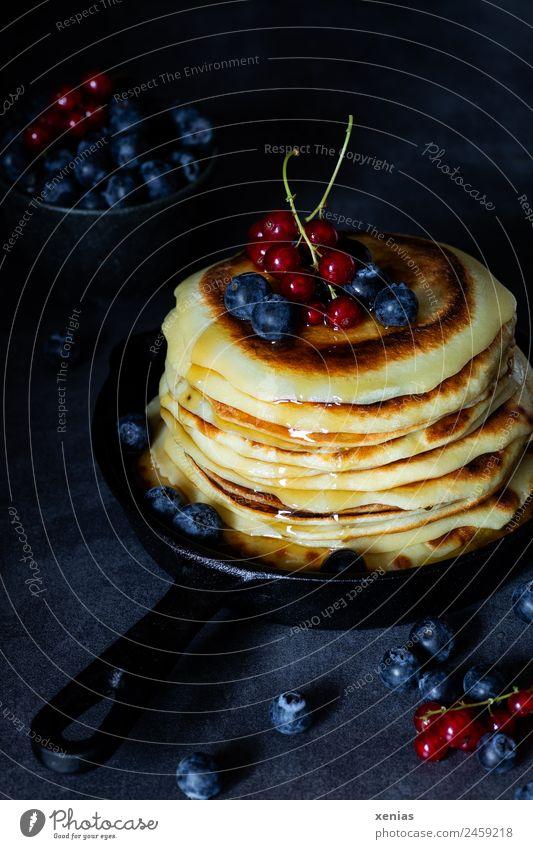 Kleine Pfannkuchen mit Ahornsirup Lebensmittel Frucht Johannisbeeren Blaubeeren Zucker pancakes Ernährung Frühstück Büffet Brunch Vegetarische Ernährung