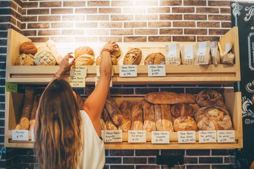 Die Frau verkauft in der Bäckerei. Lebensmittel Brot kaufen Arbeit & Erwerbstätigkeit Beruf Industrie Business Karriere Mensch Erwachsene Musiknoten fahren