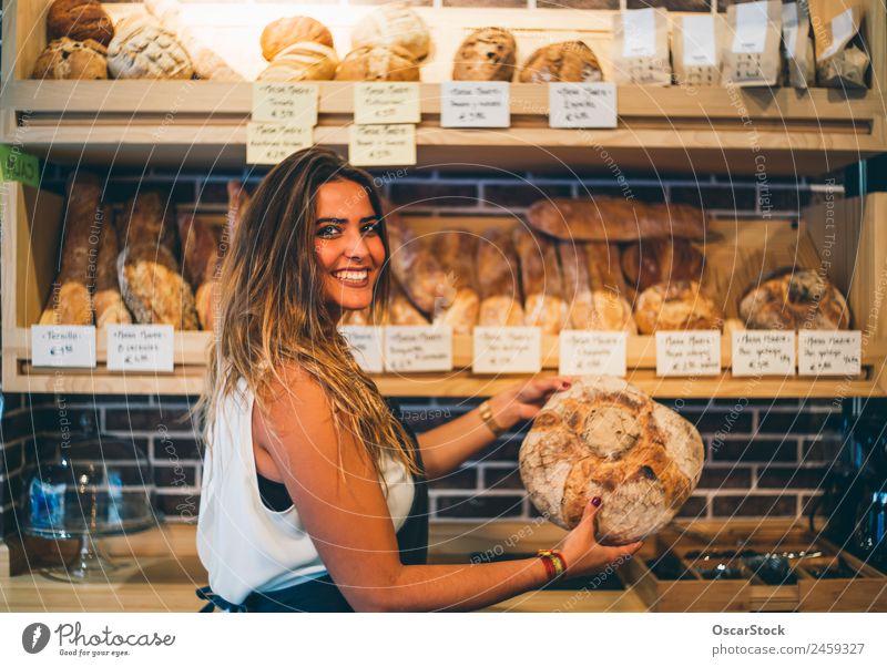 Die Frau verkauft in der Bäckerei. Brot kaufen Beruf Business Mensch Erwachsene Lächeln verkaufen frisch klein Ordnung Einzelhandel Brotkorb Halt Ablass