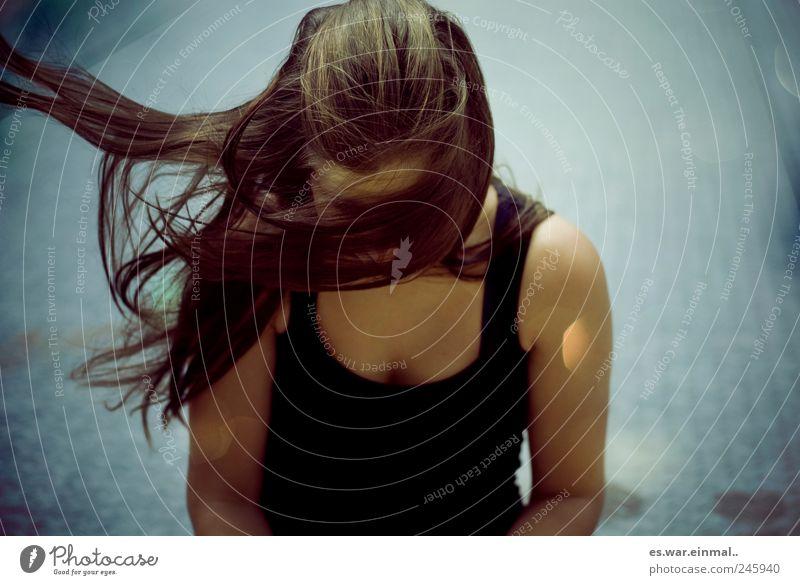 du im wind Haare & Frisuren feminin Wind Sturm brünett langhaarig wild fliegen Farbfoto Schwache Tiefenschärfe