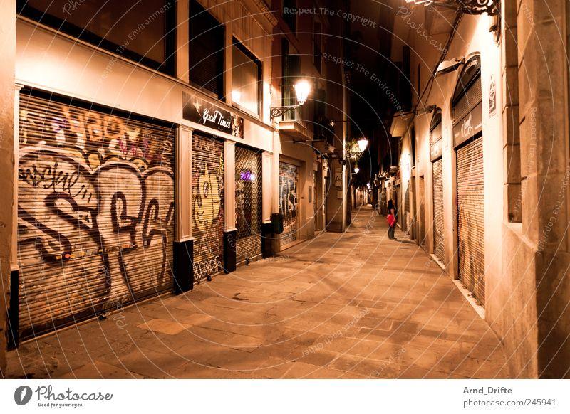 Barcelona Tourismus Städtereise Mensch 1 Spanien Europa Stadt Stadtzentrum Altstadt Fußgängerzone Haus Gebäude Mauer Wand Fassade Graffiti gehen genießen Blick