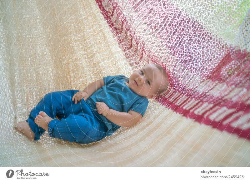 Der kleine Junge liegt in der Hängematte und ist glücklich. Lifestyle Freude Glück schön Spielen Kind Mensch Baby Frau Erwachsene Eltern Mutter